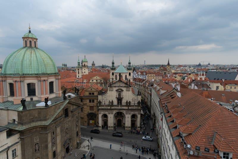 Praag, Tsjechische Republiek - mag, 1 2016: Weergeven vanaf de bovenkant van de Oude Toren van de Stadsbrug in Praag royalty-vrije stock foto