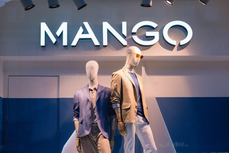 PRAAG, TSJECHISCHE REPUBLIEK - MEI 2017: Luxe en modieuze het venstervertoning van het MANGOmerk De toevallige showcase van de me royalty-vrije stock foto