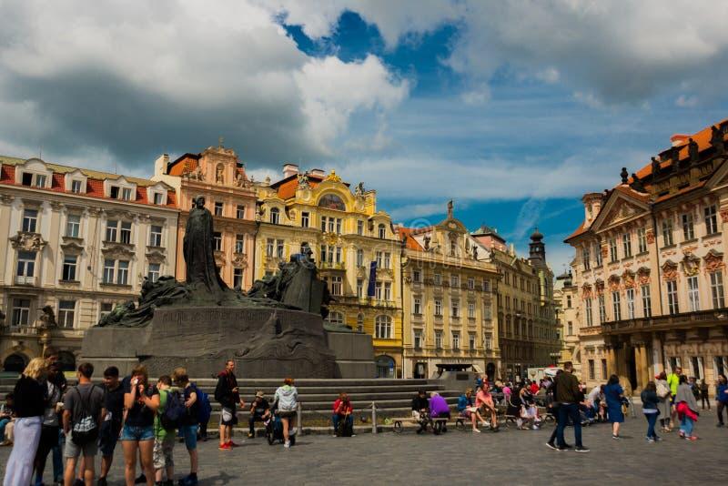 PRAAG, TSJECHISCHE REPUBLIEK: Monument aan Jan Hus op Oud Stadsvierkant in Praag stock afbeeldingen