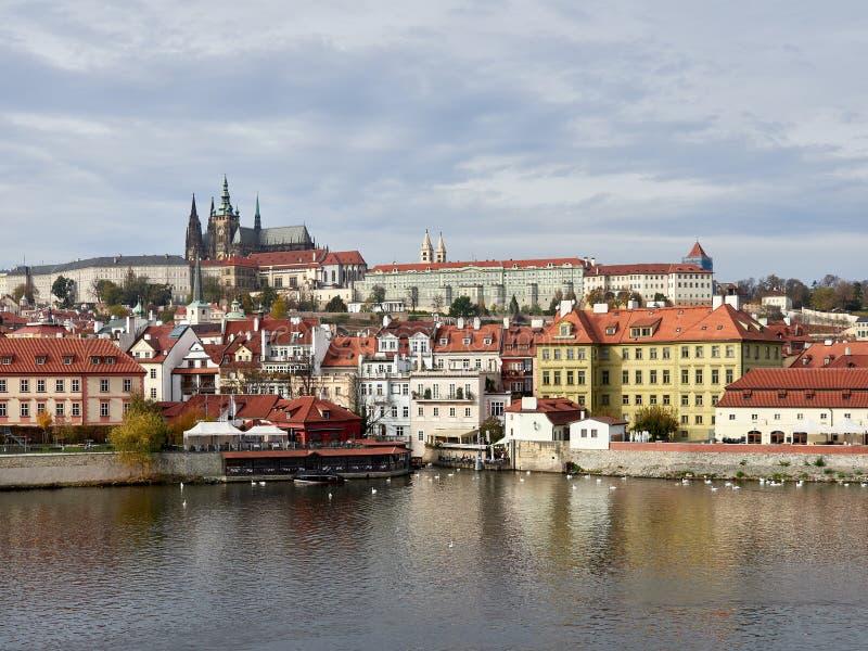 Praag, Tsjechische Republiek - November 01, van 2018 cityscape met het Kasteel van Praag complex en St Vitus Cathedral over de ri stock afbeeldingen