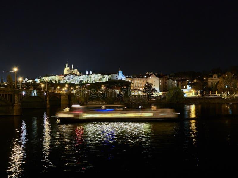 Praag, Tsjechische Republiek - 31 Oktober, de Lange blootstelling van 2018 van een boot die de Vltava-rivier met mening van het K royalty-vrije stock foto's