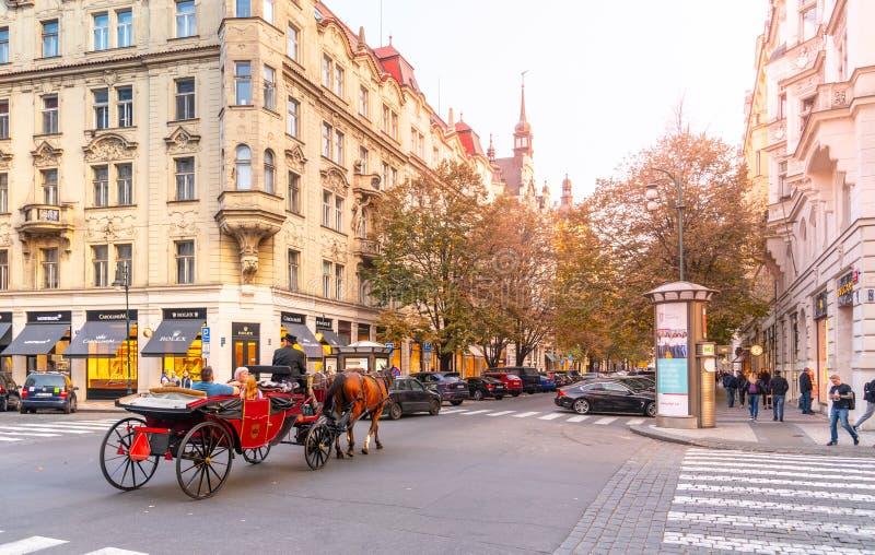 PRAAG, TSJECHISCHE REPUBLIEK - 17 OKTOBER, 2018: De reis van het paardvervoer in Parizska-straat bij Oud Stadsvierkant in Praag t royalty-vrije stock fotografie