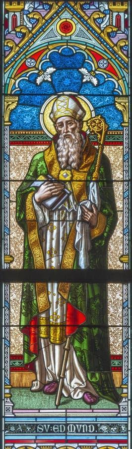 PRAAG, TSJECHISCHE REPUBLIEK - 17 OKTOBER, 2018: St Edmund op het gebrandschilderde glas in langs ontworpen kerk Svatého Cyrila  stock afbeeldingen