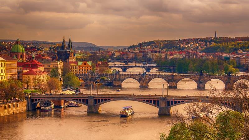 Praag, Tsjechische Republiek: romantische bruggen dat Vltava-rivier kruist royalty-vrije stock foto