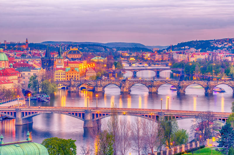 Praag, Tsjechische Republiek: romantische bruggen dat Vltava-rivier kruist royalty-vrije stock foto's