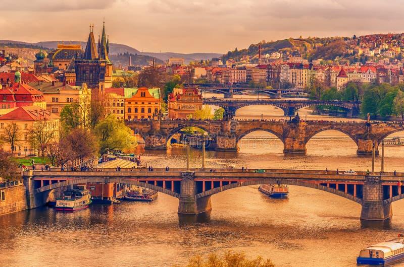 Praag, Tsjechische Republiek: romantische bruggen dat Vltava-rivier kruist stock afbeelding