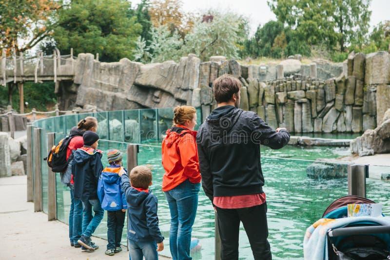 Praag, Tsjechische Republiek 24 September 2017: Familie of groep mensen met kinderen in dierentuin De kinderen met ouders hebben stock afbeelding