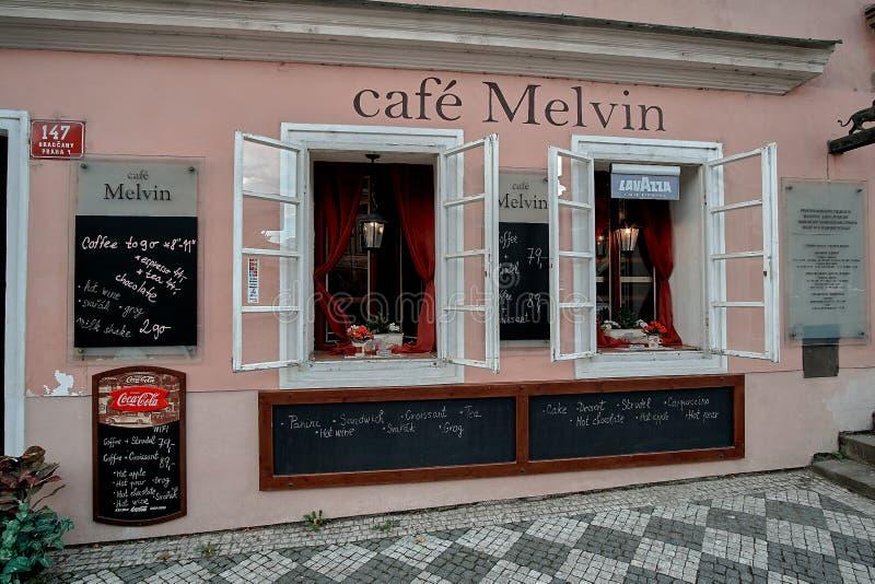 Praag, Tsjechische Republiek, 15 September, 2017: straatkoffie Melvin dichtbij Schwarzenbersky-Paleis bij Hradcany-Vierkant royalty-vrije stock foto