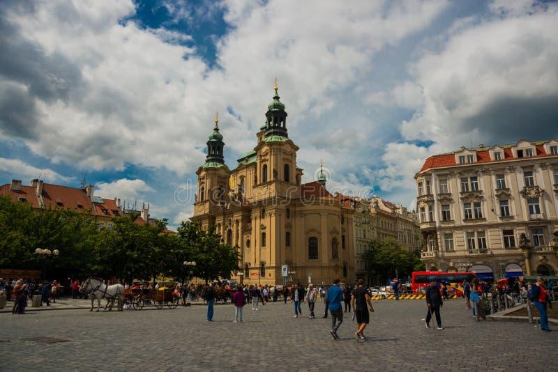Praag, Tsjechische Republiek: St Nicholas Church op Oud Stadsvierkant royalty-vrije stock foto
