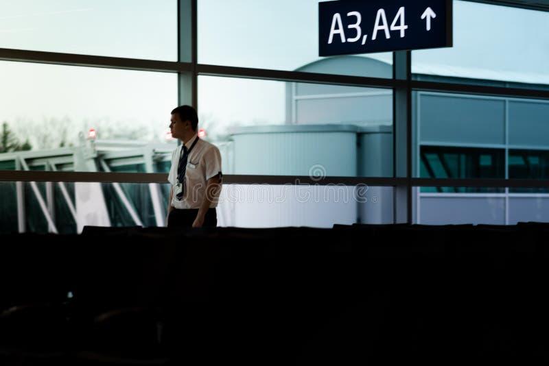 PRAAG, TSJECHISCHE REPUBLIEK - 12TH APRIL 2019: De gang van het luchthavenpersoneel door de vertrekzitkamer bij de nationale luch royalty-vrije stock fotografie