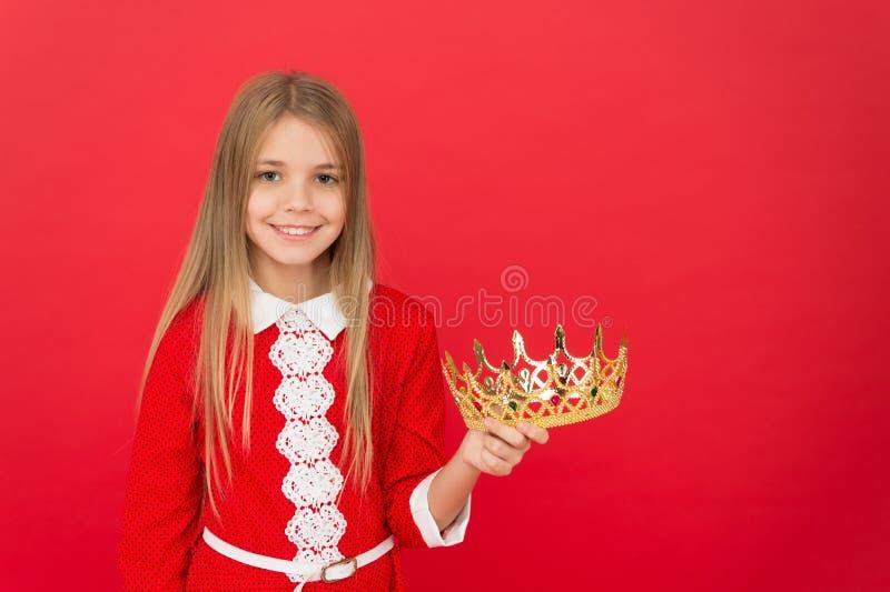 Praalvertoning van kroning Weinig Prinses Weinig spectakelmeisje Weinig schoonheidskoningin De aanbiddelijke holding van het meis royalty-vrije stock fotografie