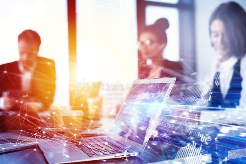 Prac zespołowych pracy z laptopem Pojęcie interneta interconnection i udzielenie podwójny narażenia obrazy stock