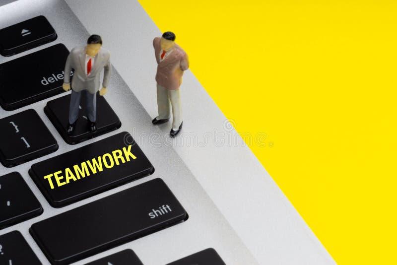 PRAC ZESPOŁOWYCH wpisowi pisać słowa, laptop i biznesmen, miniaturyzują obrazy stock