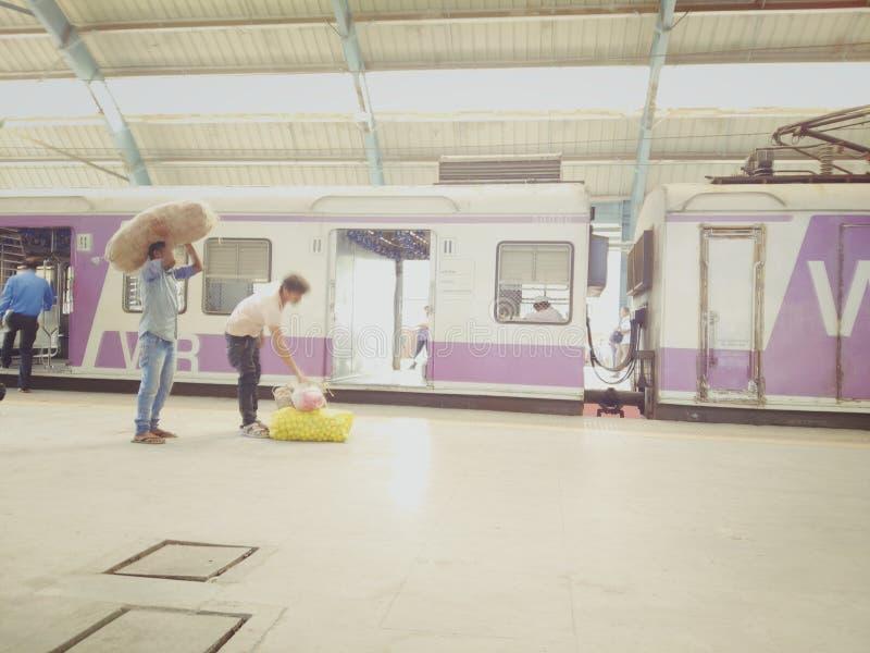 Praca życie przy stacją kolejową Mumbai fotografia stock