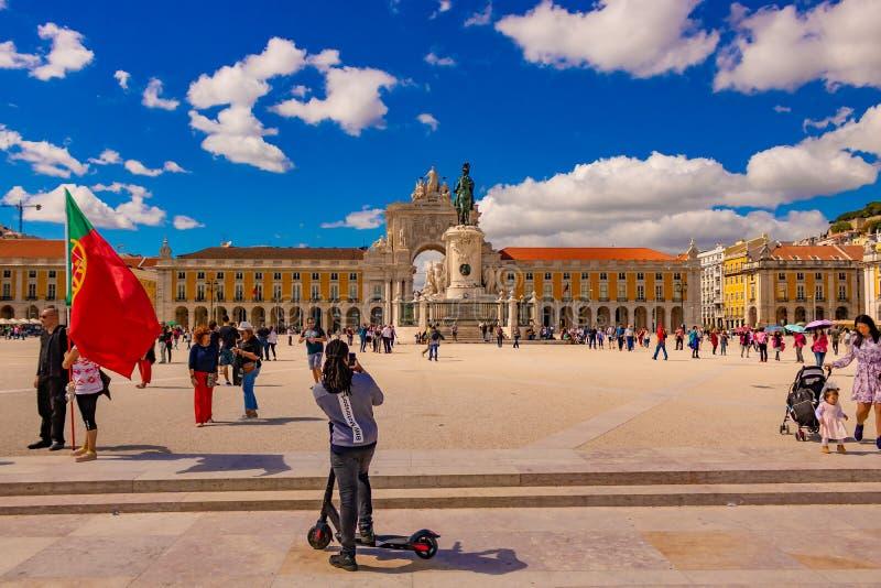 Praca de comercio en un día brillante hermoso con el cielo azul claro y nubes y mucho turista que lo exploran La fecha 20 puede 2 imagen de archivo