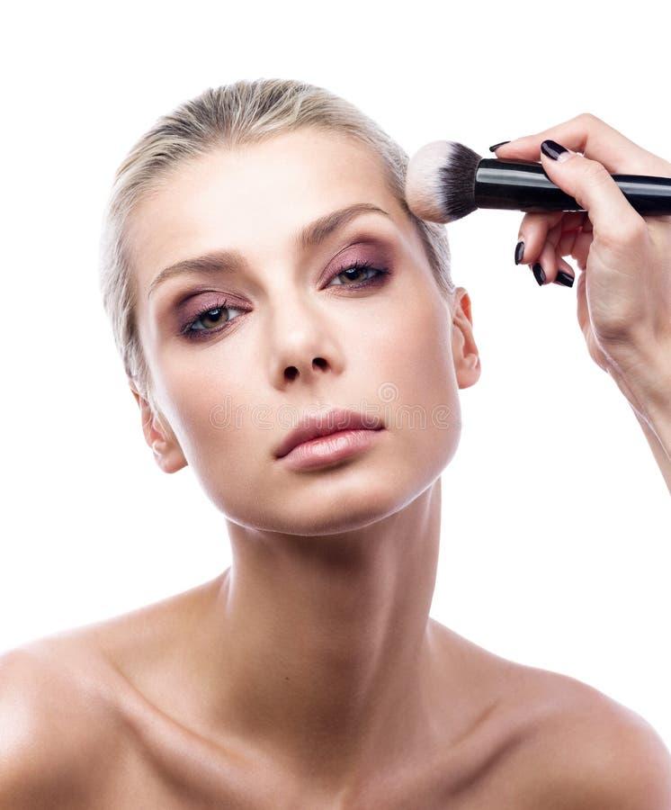 Praca fachowy makeup artysta piękny młodej kobiety ` s muśnięcie i twarz fotografia stock