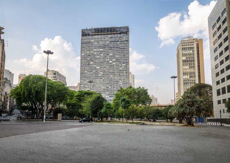Praca font la place de bureau de poste de Correio et la Santa Ifigenia Viaduct - le Sao Paulo, Brésil photos libres de droits