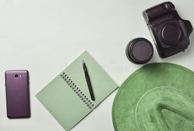 Praca fotoreporter Smartphone, notatnik, kapelusz, kamera, obrazy royalty free