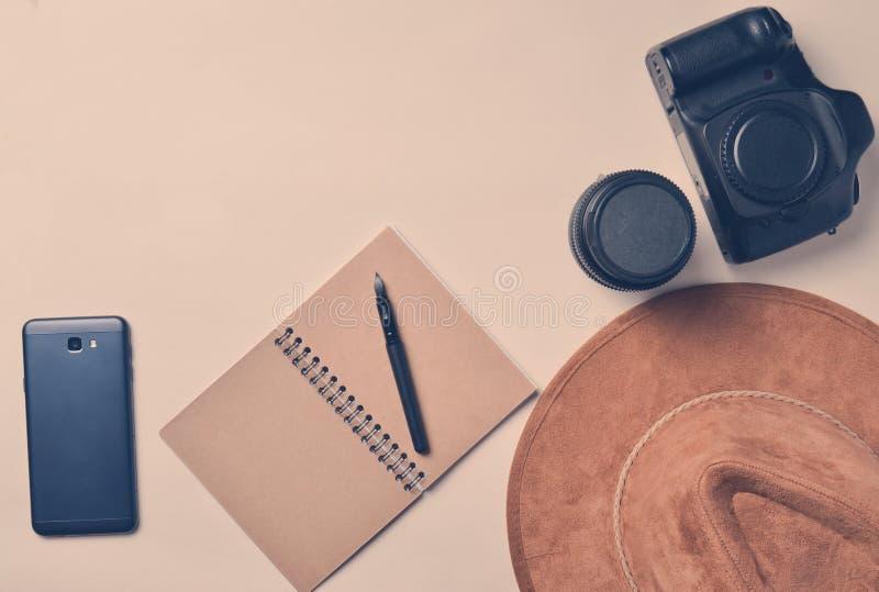 Praca fotoreporter Smartphone, notatnik, kapelusz, kamera, zdjęcie stock