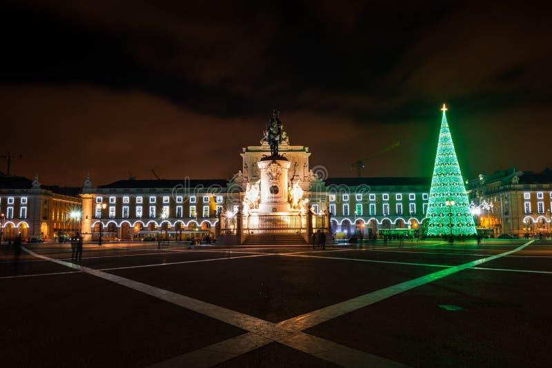 Praca illuminato fa Comercio alla notte a Lisbona fotografie stock libere da diritti