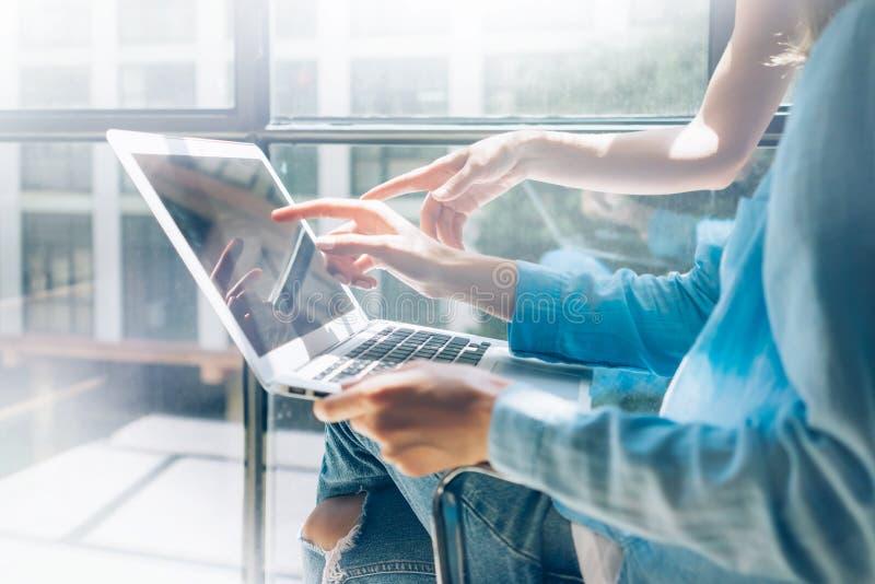 Praca nowożytnego projekta studia proces Loft Kreatywnie kierownicy pracuje coworkers biuro freelance biznesowego rozpoczęcie uży obrazy stock