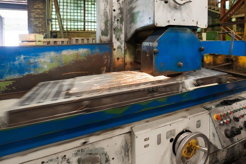 Praca przemysłowa nawierzchniowa szlifierska maszyna Mleć płaska metal część obraz royalty free