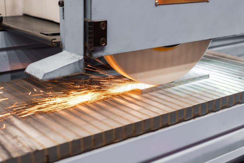 Praca przemys?owa nawierzchniowa szlifierska maszyna Mleć płaska metal część obraz royalty free