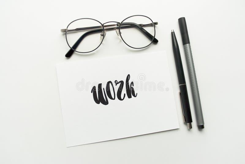 Praca ręcznie pisany w kaligrafia stylu z akwarelą tła składu ampuły maty dojrzały truskawkowy biel Mieszkanie nieatutowy obrazy royalty free