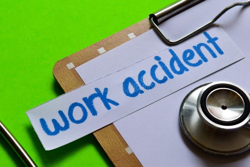 Praca wypadek na opieki zdrowotnej pojęciu z zielonym tłem fotografia stock