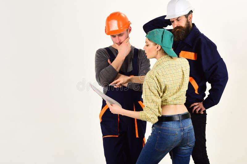 Praca zespołowa i współpraca Pracownik budowlany drużyna Mężczyźni i kobieta budowniczowie pracuje w drużynie Fachowi ludzie zdjęcia stock
