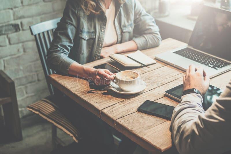 Praca zespołowa Biznesmena i bizneswomanu obsiadanie przy stołem w sklep z kawą i dyskutuje plan biznesowego zdjęcie stock