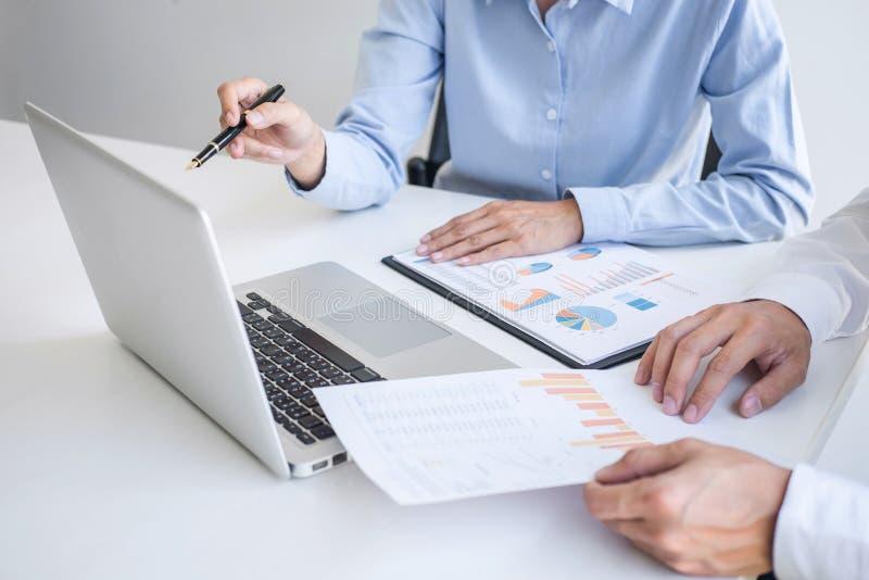 Praca zespołowa biznesowi koledzy, konsultacji strategii planu nowy biznes i rynku przyrost na pieniężnym dokumentu wykresu rapor fotografia royalty free