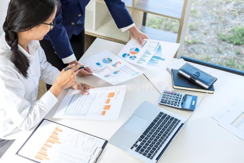 Praca zespołowa biznesowy kolega konsultaci rynku przyrost na fi obrazy royalty free