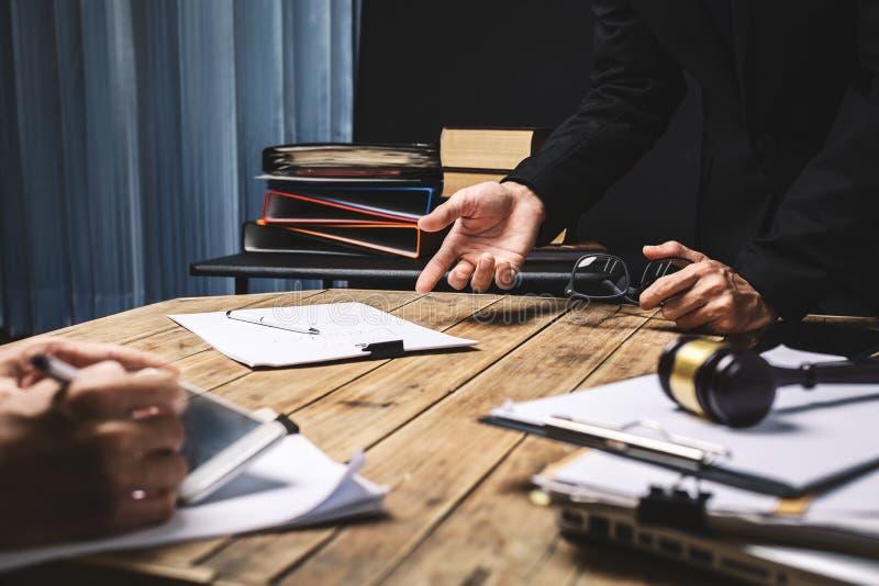 Praca zespołowa biznesowy prawnika spotkanie pracuje mocno o legalnym reg zdjęcie royalty free