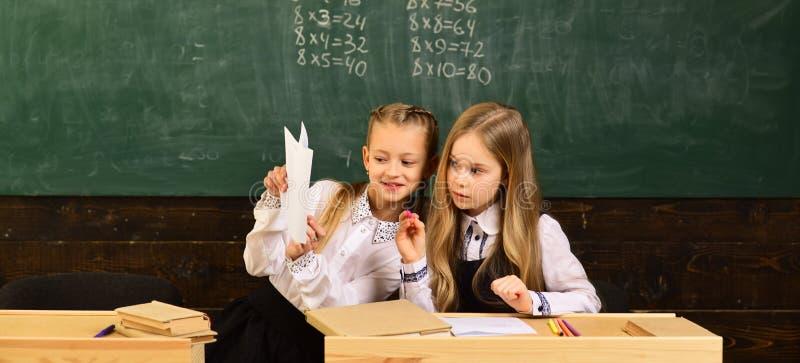 Praca zespołowa praca zespołowa dwa szkolnej dziewczyny Praca zespołowa i współpraca praca zespołowa szczęśliwe małe dziewczynki  obraz stock