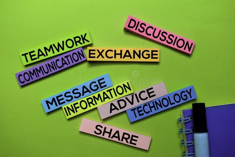 Praca zespołowa, komunikacja, wymiana, dyskusja, wiadomość, informacja, rada, technologia, część tekst na kleistych notatkach odi fotografia royalty free