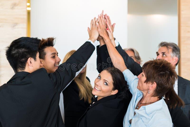 Praca zespołowa - ludzie biznesu z złącze rękami w obrazy royalty free