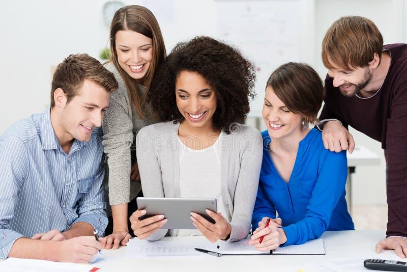 Praca zespołowa przy biurem zdjęcia stock