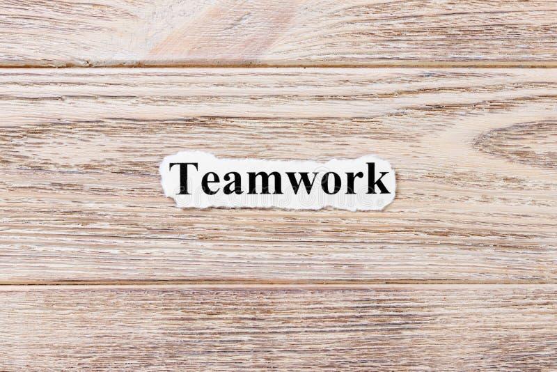 Praca zespołowa słowo na papierze Pojęcie Słowa praca zespołowa na drewnianym tle zdjęcia royalty free