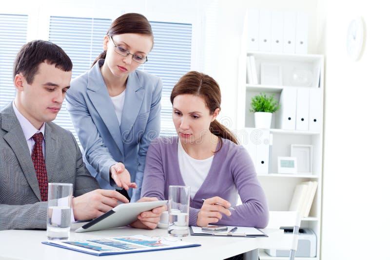 Praca zespołowa w biurze obraz stock