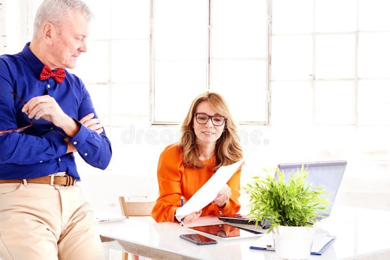 Praca zespołowa w biurze Grupa biznesmeni pracuje wpólnie obrazy royalty free
