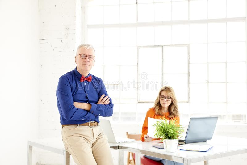 Praca zespołowa w biurze Grupa biznesmeni pracuje wpólnie zdjęcia stock