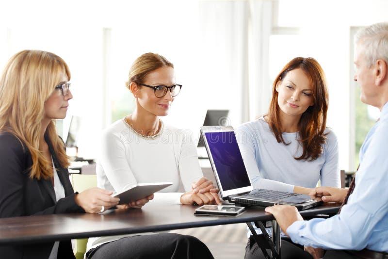 Praca zespołowa z laptopem przy biurem zdjęcia stock