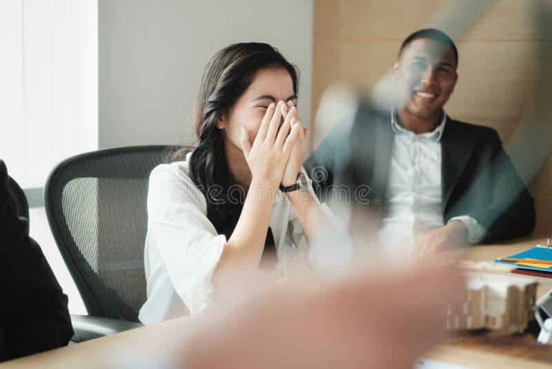 Praca zespołowa Z Młodą Azjatycką Biznesową kobietą I Czarnym biznesmenem obraz stock