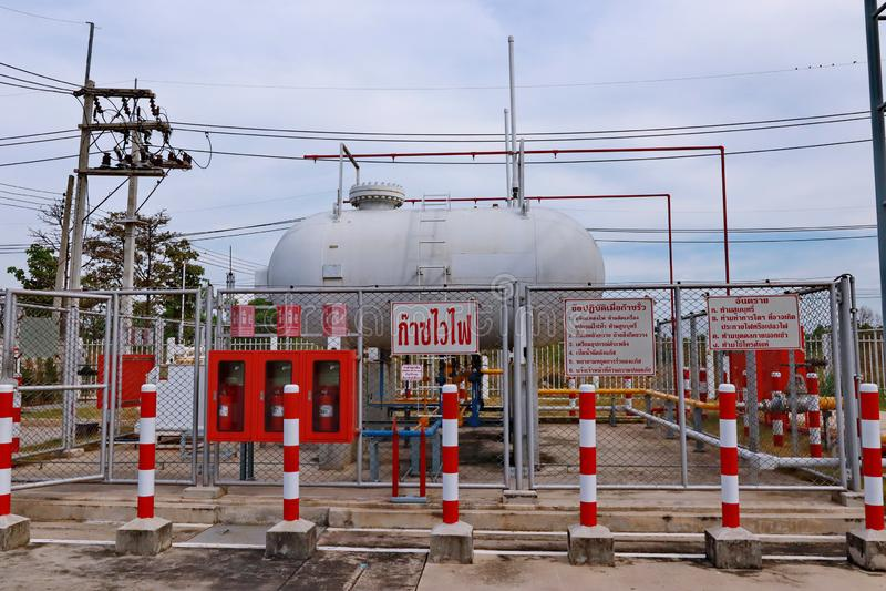 Prachinburi, Thailand, 7 Nov. 2018, neemt LPG Tankyard van Fototha met 2 tanks van cylenderlpg binnen veiligheidsgrens stock foto's
