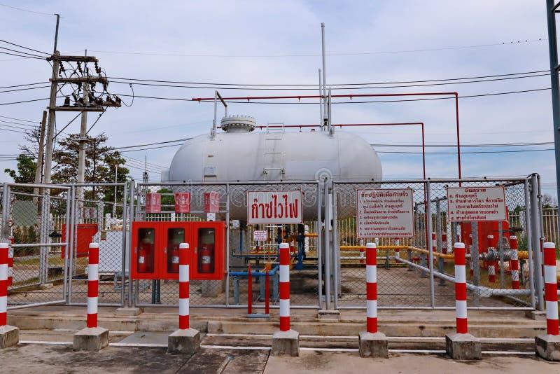 Prachinburi, Thailand am 7. November 2018 nehmen Foto tha LPG Tankyard mit 2 cylender LPG-Behältern innerhalb der Sicherheitsgren stockfotos