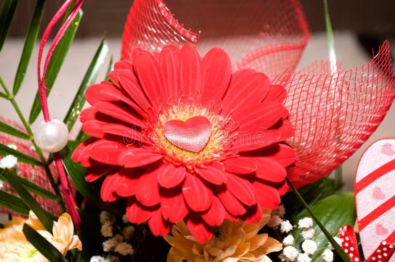 Pracht der roten Rosen seiner Schönheit und Frische lizenzfreie stockbilder