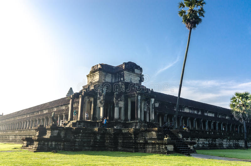 Pracht von Angkor Wat - Ansicht des blauen Himmels des Kampfes der Götter lizenzfreies stockfoto