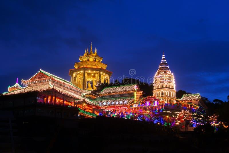 Prachtig aan:steken-op de tempel van Kek Lok Si in Penang stock foto's