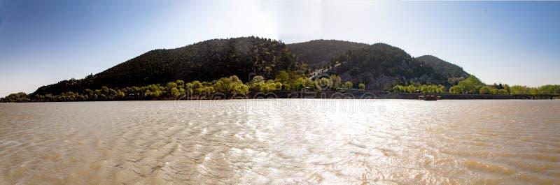 Prachtig beeld als het openen van Hollywood-film - panorama van Dongshan-Grotten in Longmen, Luoyang, China royalty-vrije stock foto's